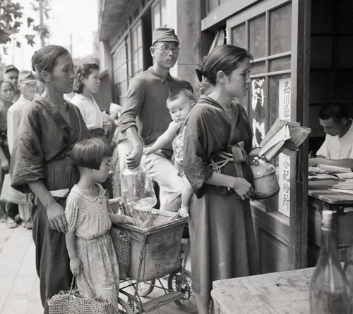 Grave of the Fireflies Japanese people waiting for food rations