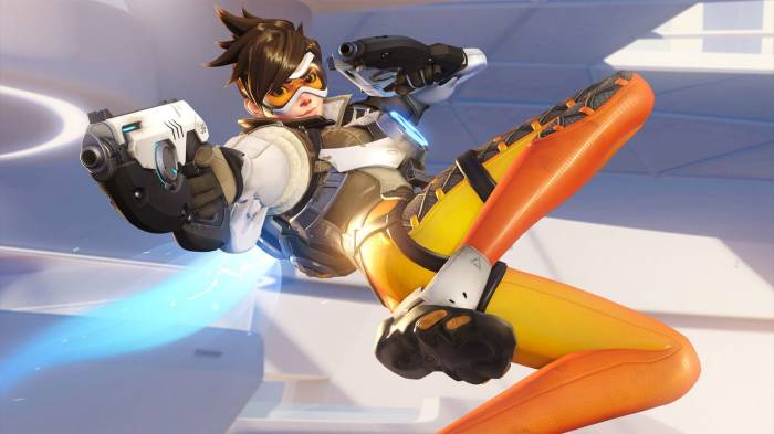 Tracer holding guns, Overwatch